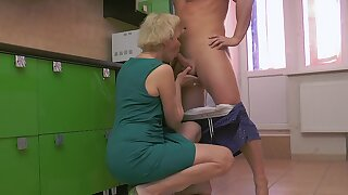 Horny mature with short hair drops insusceptible to her knees to make him reachable
